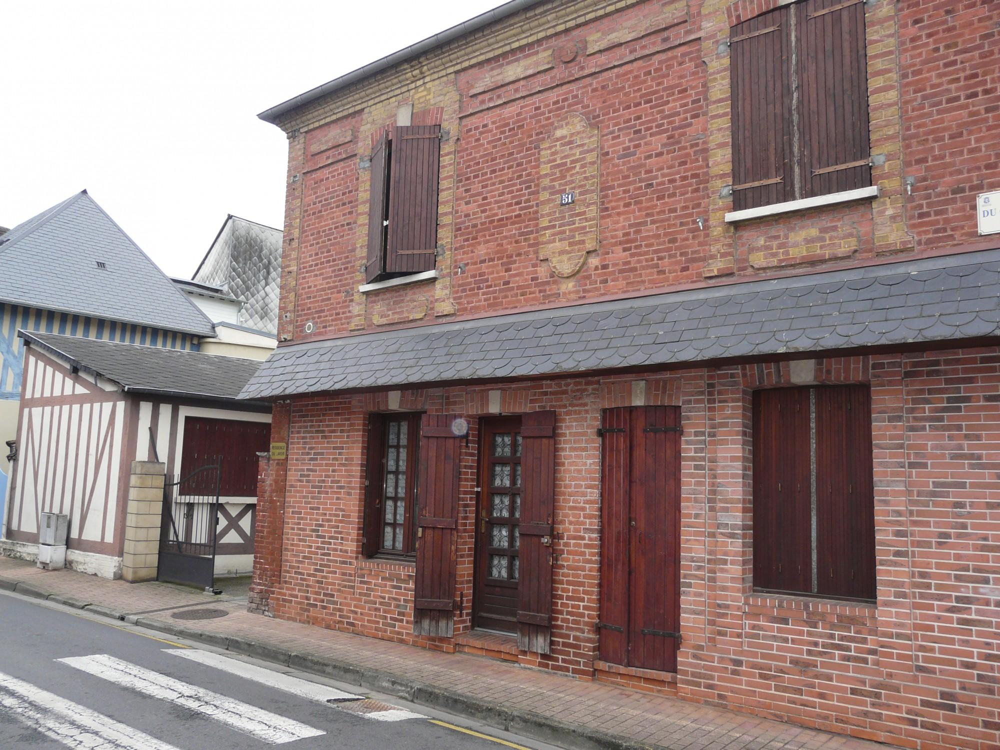 En vente immeuble collectif construit en briques et colombages 27300