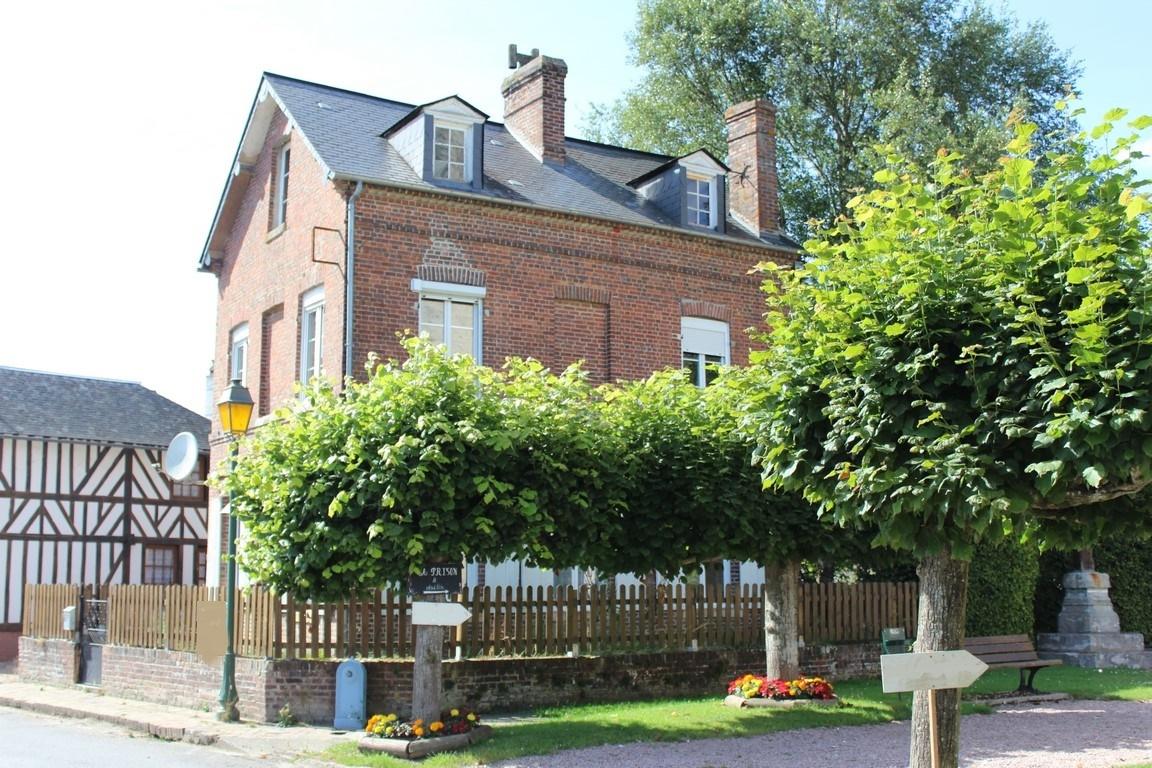 Achetez une maison construite en briques au coeur d'un village du pays d'auge 14130