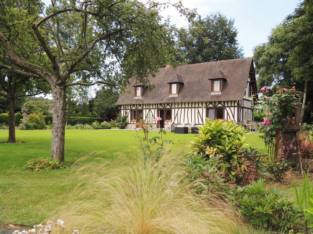Terres et Demeures de Normandie vous invite à découvrir cette charmante propriété, entretenue et décorée avec soins, à mi-chemin entre Rouen et la plage de Dieppe, et à 2h de paris par la A13.