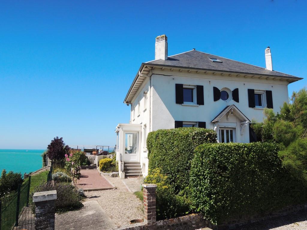 Découvrez cette propriété d'exception, comprenant une maison de caractère principale ainsi qu'un gîte anglo-normand avec vue exceptionnelle sur la mer, proche de Dieppe (76)