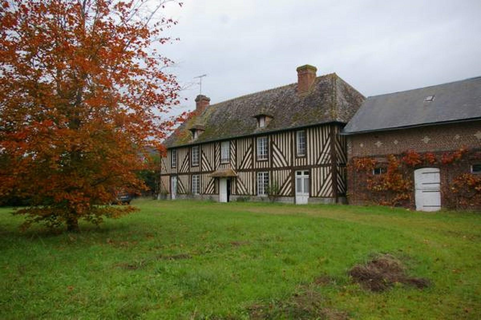 Vente de maison avec toit de chaume orbec terres et for Piscine lisieux