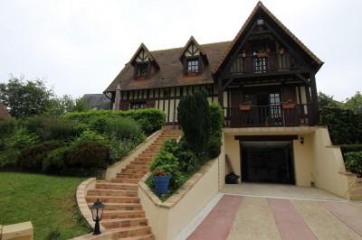 Terres et Demeures de Normandie vous propose cette Maison à quelques minutes des plages de Deauville et Trouville-Sur-Mer