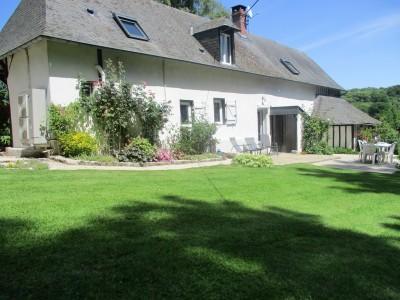 Terres et Demeures de Normandie, votre agence immobilière située à Dieppe, en Seine Maritime, vous invite à découvrir cette jolie longère dans un petit village au calme et sans vis à vis, offrant de beaux espaces ouverts sur le jardin de 1 hectare