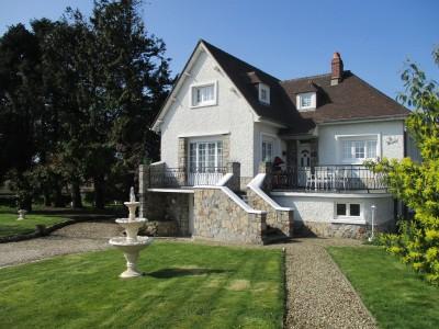 Terres et Demeures de Normandie votre agence immobilière, vous invite à découvrir cette grande maison à 1 km de la plage de Quiberville sur Mer