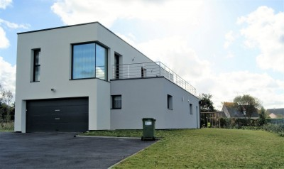 Rechercher cette spacieuse villa contemporaine, basse consommation, vue mer, à 5 minutes de Dieppe (76) en Normandie.