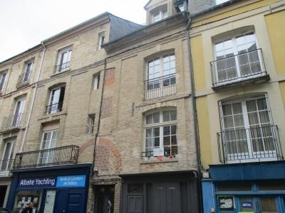 Terres et Demeures de Normandie votre agence immobilière située à Dieppe en Normandie (Côte d'Albatre), vous invite à découvrir cet appartement duplex dans le centre commerçant de Dieppe, à proximité de la gare, de la plage et du port, à 2 heures de
