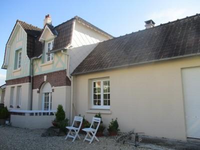 Terres et Demeures de Normandie située à Dieppe, en Seine-Maritime (76), vous invite à découvrir cette grande maison avec vue sur la mer, au coeur de Criel-sur-Mer, à 5 minutes de la plage